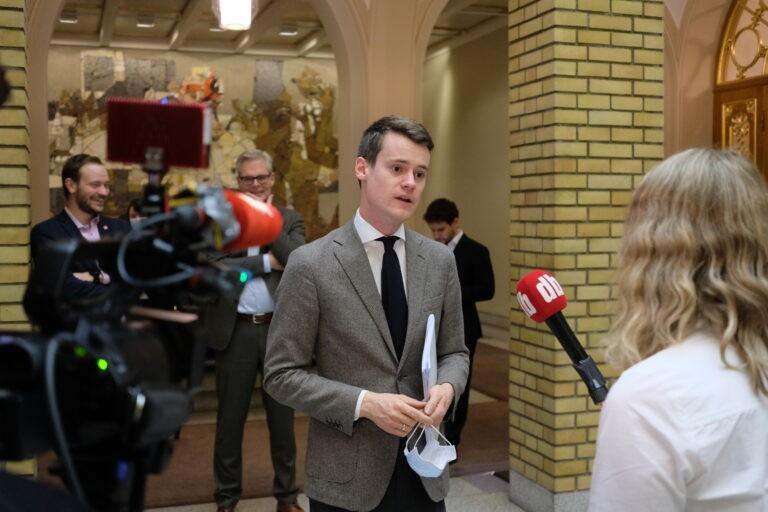 KrFs finanspolitiske talsperson, Tore Storehaug intervjues av Dagbladet i Stortingets vandrehall