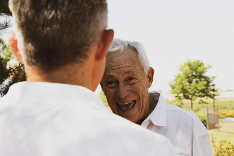 Illustrasjonsbilde av en eldre mann som smiler
